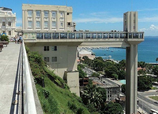 Os elevadores mais incríveis do mundoElevador Lacerda, Brasil Um dos principais pontos turísticos de Salvador, na Bahia, conecta a Cidade Baixa à Cidade Alta. São transportados 900 mil passageiros por mês, cerca de 20 mil por dia, por 63 metros em uma duração de 30 segundos. Além de funcionar como eficiente meio de transporte, ele também oferece belas vistas da Baía de Todos-os-Santos, o Mercado Modelo e o Forte do Mar. Quando foi inaugurado, em 1873, era o mais alto do mundo, por isso sua…