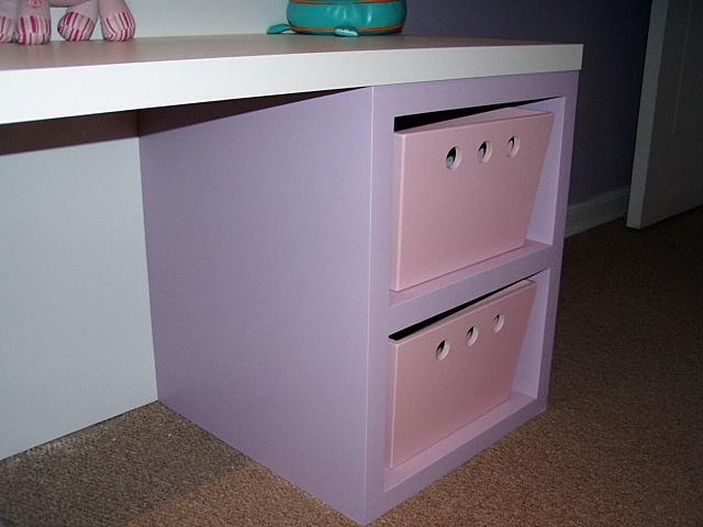 Mueble base lacado con cajas para guardado de juguetes.