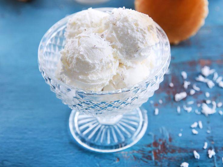 Unser Raffaello-Eis gelingt ohne Eismaschine aus nur drei Zutaten. Toll, um bei warmen Temperaturen einen kühlen Kopf zu bewahren. Und so geht's