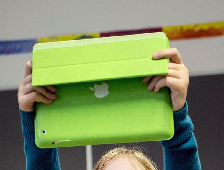 AI, KU, YH: Mitä, missä, milloin, kuka, miten kävi? Opettaja antaa ajan, esim. 1 tunti, jonka aikana oppilaat lähtevät älypuhelinten tai tablettien kanssa lähiympäristöön tekemään uutisjuttua. Uutisoidusta aiheesta otetaan kuva.Lisäsisältöä juttuun voi tuoda haastattelemalla ohikulkijoita tai asianomaisia.Oppilaat tekevät muistiinpanoja ja kirjoittavat jutun puhtaaksi deadlinen jälkeen. Työt voidaan julkaista verkossa (esim. koulun blogi) tai tulostamalla. (Kuva Ossi Ahola)