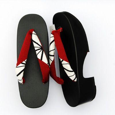 【下駄22】 履きやすいこっぽり台。 素材、地色、柄がモダンなゆかたに似合います。 価格:12,810円