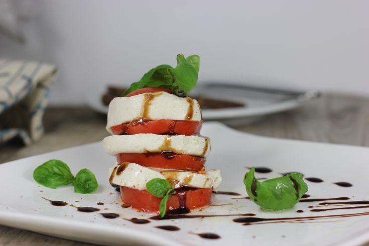 Dieses vegane Mozzarella-Rezept bietet eine tolle Alternative zum italienischen Klassiker und schmeckt mit frischen Tomaten und Balsamico-Creme einfach himmlisch! #vegan #sommer #leicht