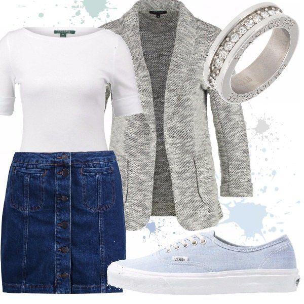 Gonna corta di jeans con dettaglio dell'abbottonatura sul davanti, T-shirt basic bianca con scollo a barca, blazer grigio melange con maniche a 3/4 e collo a scialle. Sneakers basse Vans e anello in acciaio inossidabile.