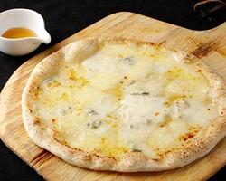 ぐるなび - SPAZIO*CAFFE :「3種のチーズピッツァ」 蜂蜜をかけて。