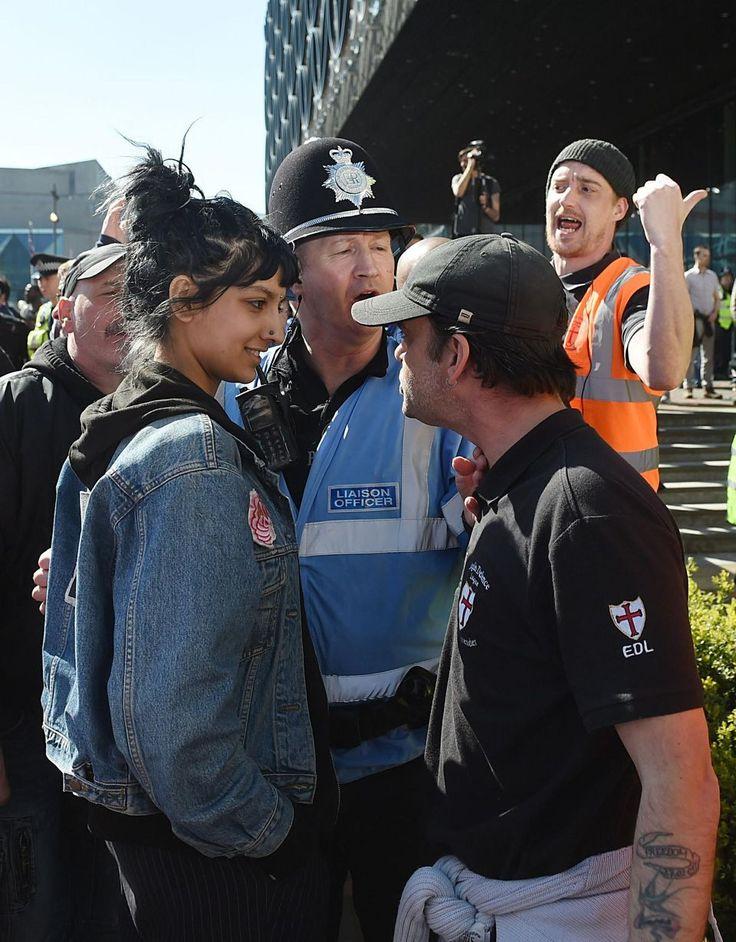 Saffiyah Khan, à gauche, stoïque face au leader du groupe d'extrême-droite English Defence League.