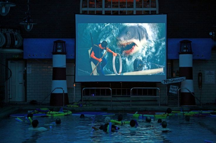 L'ultima novità: cinema in piscina