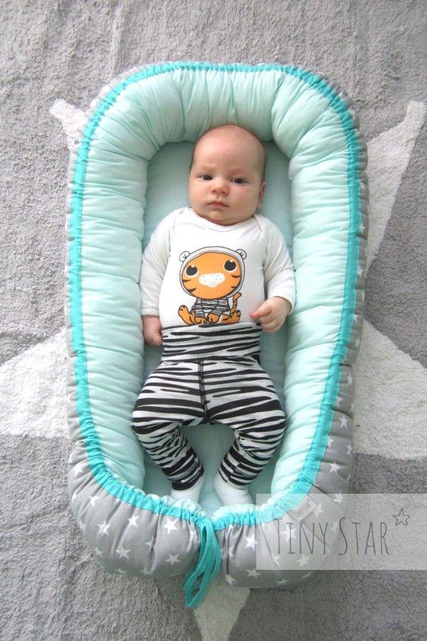 Kokon niemowlęcy świetnie sprawdzi się na dywanie jako przenośny, miękki leżaczek <3