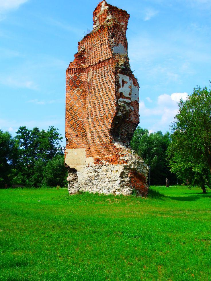 Nasza miejscowość posiada ciekawą historię. Najstarszym zabytkiem są gotyckie ruiny zamku datowane na koniec XIV / początek XV wieku. Dziś z zamku rytwiańskiego ocalał jedynie wysoki na kilkanaście metrów narożnik z przyporą, świadczący o dużych rozmiarach obiektu oraz resztki murów obwodowych i fundamentów.