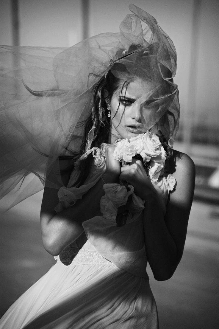Isabeli Fontana encarna uma noivinha fujona no editorial clicado por Peter Lindbergh para a edição de abril da Vogue Paris. Ela apresenta alguns modelos de passarela desfilados por Chanel e Oscar de la Renta, que podem muito bem servir de modelón para o ...
