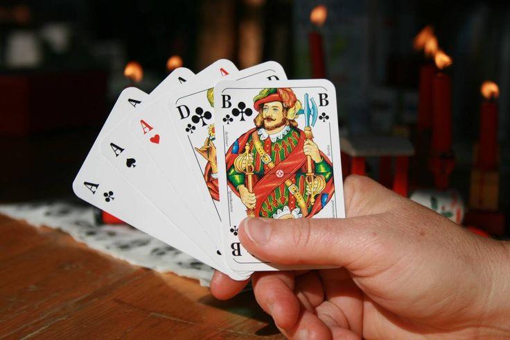 Gardena jackpot este jucat ca în varianta clasică de poker draw, cu valori standard de mână, și cu un singur joker care acționează ca un bug.