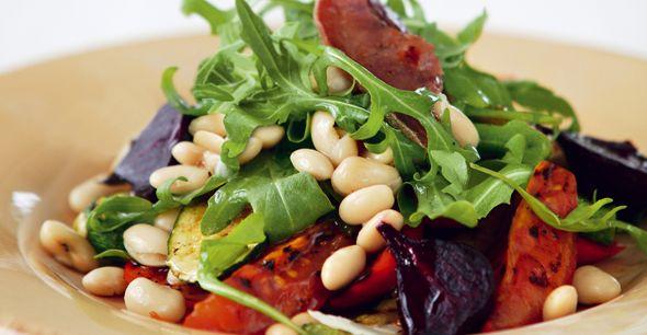 Salata cu legume gratinate, fasole si rucola- Iata o reteta de salata care te va satura, dar care te va face sa te simti sanatos si usor! Legumele iti vin in ajutor cu vitamine si nutrienti, iar fasolea iti va da o portie echilibrata de proteine si fibre.