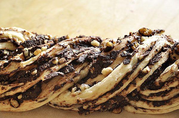 Σιροπιασμένο τσουρέκι γεμιστό με σοκολάτα και καρύδια/Chocolate krantz