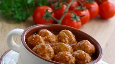 Vleesballetjes en selder in tomatensaus met gekookte rijst
