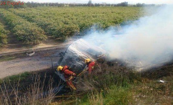 Los bomberos evacuan al conductor de un camión cargado de harina tras volcar en la A-7 en Picassent