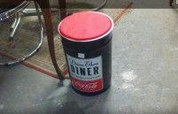 Puffo, seggiolino Diner Coca-Cola a forma di bidone, in lamiera. 30€Ps. IlMercatino dell'usato La Ruota Onlus, di via San Michele 15 - Gorizia,