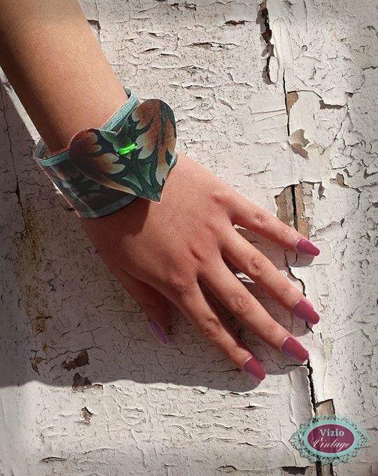 Anche un pezzo di stoffa resinata diventa interessante in forma di braccialetto da usare anche in ogni occasione, anche per una passeggiata sulla spiaggia.