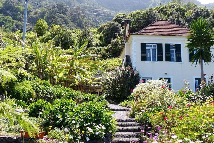 Description: Leuk kleinschalig appartementen complexje midden in de natuur  Madeira intiem Madeira intiem beleven daartoe leent zich zeker de noordkust van het eiland waar de natuur overheerst en bebouwing eerder schaars is. Daar kun je vaak terecht bij de eigenaren zelf die je niet alleen hun verhaal vertellen maar ook over de geschiedenis en de omgeving locale specialiteiten en geheime plekjes kortom je verblijft er niet alleen je burgert je volledig in. Een van deze onweerstaanbare…