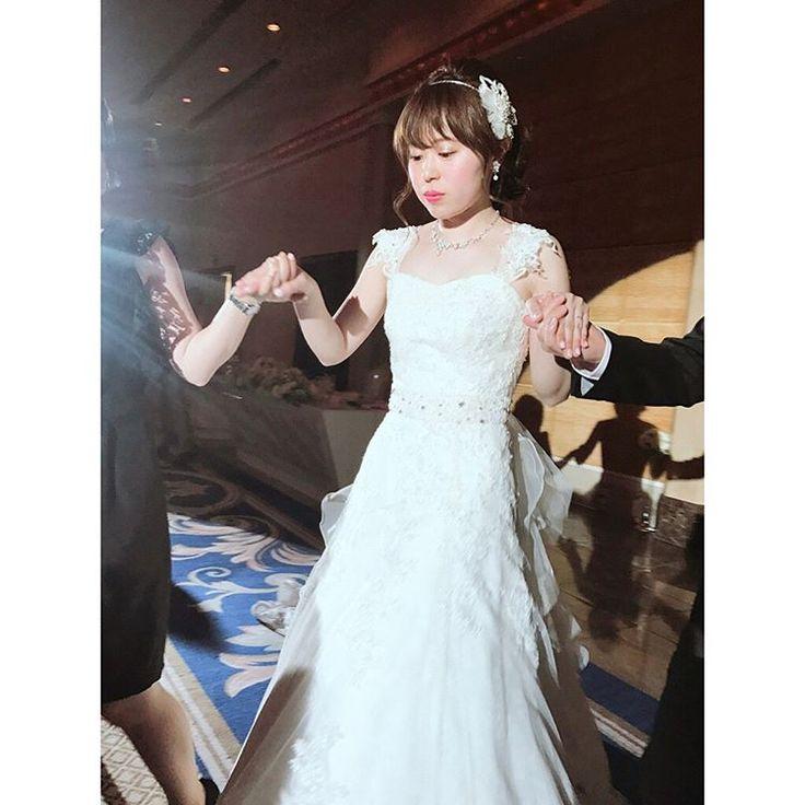 . 5月6日 1番の親友、里紗の結婚式������ 里紗、木村さん ご結婚おめでとうございます。 (☝️スピーチの練習で死ぬほど繰り返した言葉��) 当日は、緊張と待ち遠しい気持ちでいっぱいで、 泣いたりするかなってどっきどき��  でも実際、 お式が始まって、里紗の��姿みた瞬間 感動と、あまりの美しさにすぐ泣いてた���� ほんとに神々しいくらい綺麗で 映画のワンシーンみたいやったよ������ でも、 誓いのキスの時に堪えられずに笑ったり 武士みたいにドレスの裾を蹴り上げて歩いてたり。 「やっぱりさやな。」って爆笑しました��  それから、 友人代表スピーチ、任せてくれてありがとう。 拙いスピーチで申し訳ない限り、、、 私の大好きな、りさの芯の強さと誠実な所。 ご親族やご友人に 伝わってたらいいなぁ�������� 木村さん、ほんとに優しそうで真面目そうで、 りさと結婚する人かもって感じた最初の予感は 当たってたなぁ〜ってしみじみ。  今頃はふたりで新婚旅行ひゃほーーー! やと思うけど、 いつまでも、仲良しで支え合うふたりでいてね����…