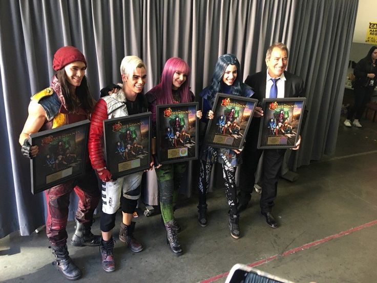 The cast of Descendants along with Kenny Ortega (the director) as they receive Gold Ceremony of the Descendants soundtrack!