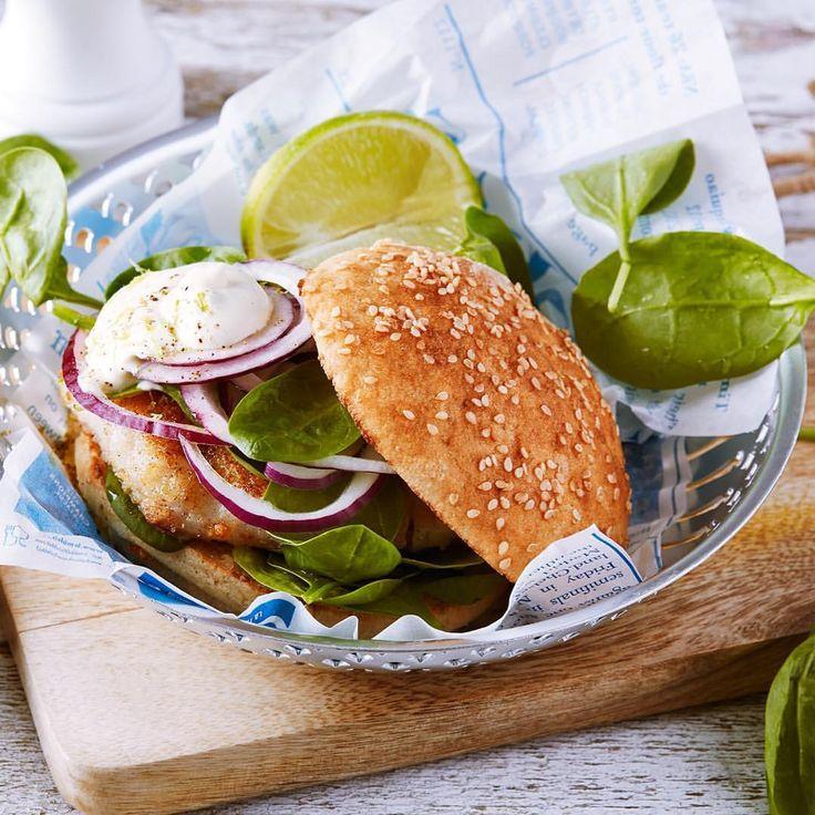 Snabb och enkel fiskburgare med fräsch dressing. 🐟🍔 Vill du ha lite extra sting, strö på chiliflakes eller ha lite chilisås i dressingen. #arlaköket #arla #recept  lime fisk burgare