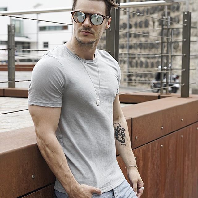 You can't go wrong with high quality basic T-Shirts!👕 I'm frequently wearing my tee from @loowcph , like here with a @levis_germany 501 and some accessoires, under a shirt or even in the gym. The tee's are 100% Merino Wool, that's why they are extremely breathable and less prone to claminess. In contrast to synthetics, Merino is an active fibre that reacts to changes in body temperature. So it helps you stay warm when the weather is cold, and cool when the weather is hot. It's definitely…