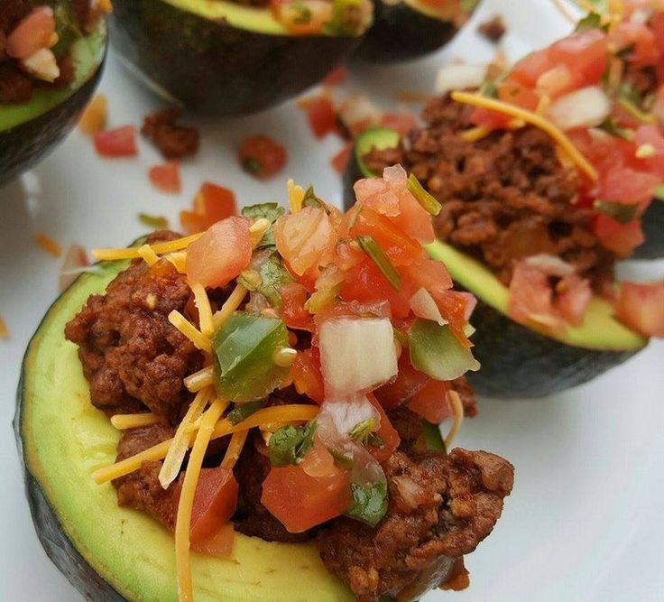 Avo-tacos mexicains. Mélanger et remplir les avocats. Arroser avec de la vinaigrette et garnir de coriandre fraîche, au choix. Servir aussitôt!