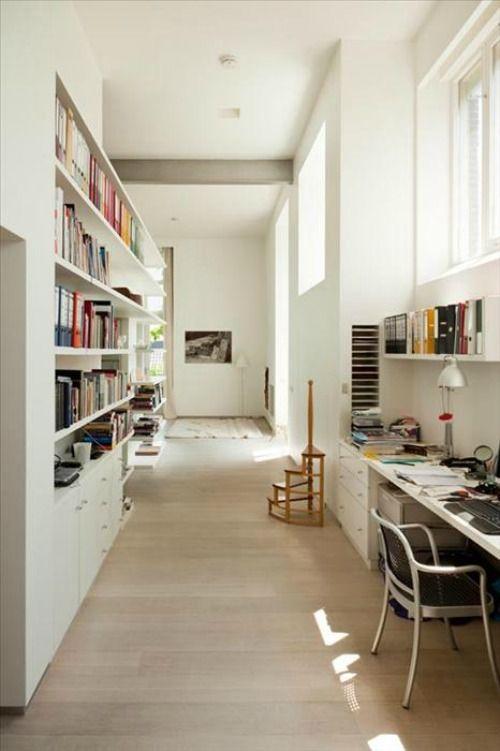 pasillo decorado con librería y despacho