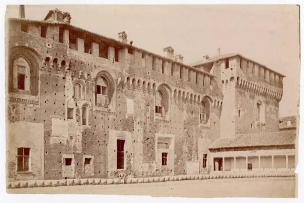Prima del restauro di Luca Beltrami (1893-1905). Visibili la ponticella di Ludovico il Moro e la torre falconiera di nord-est. Seduti al centro dell'immagine un uomo e un bambino in abiti civili 1884