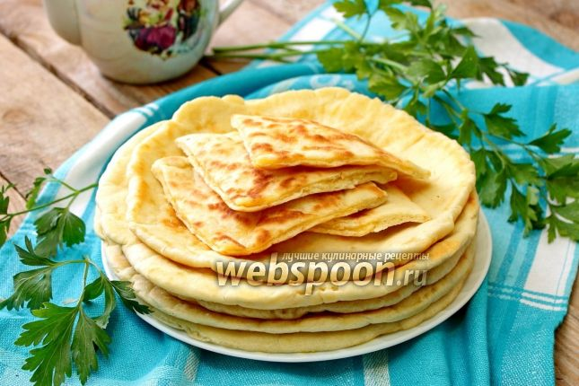Готовим ленивые хачапури на сковороде за 5 минут Знаменитая лепёшка с сыром — классическое национальное блюдо горной страны, где в каждой области пекут её по собственным рецептам. Главное правило настоящих хачапури — одинаковое количество теста и сыра. Однако, если сыра будет больше, чем хлеба, то лепёшки только выиграют. Хачапури бывают круглые, овальные или квадратные, с открытой или закрытой начинкой, жареные или печёные. Традиционно мягкое и нежное тесто для хачапури замешивают на мац...