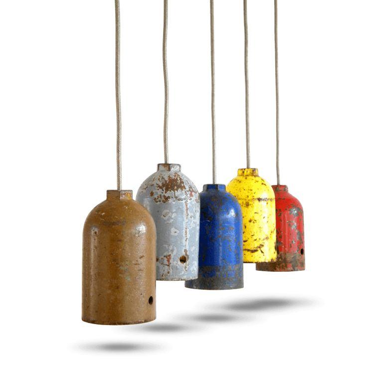 Suspension E27 créée à partir d'un bouchon de bouteille de gaz upcyclé. L'upcycling consiste à donner à un objet recyclé une deuxième vie. Chaque pièce est unique. LE PRIX INDIQUE EST POUR UNE LAMPE