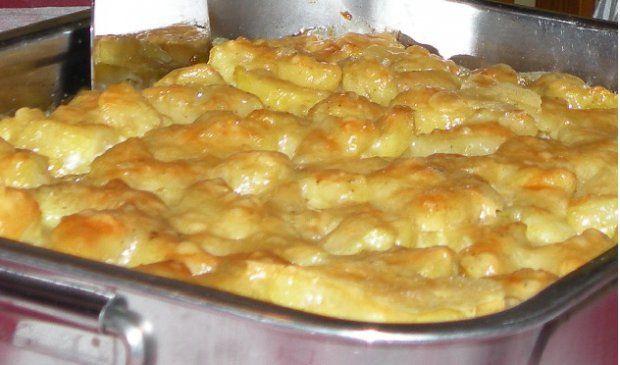 Kroatischer Kartoffelauflauf  Zutaten für 4 Portionen  50gButter 1Prisegeriebene Muskatnuss 2ELgeriebener Käse 800gKartoffeln 1StkKnoblauchzehe 125mlMilch 1PriseSalz, Pfeffer 125mlSchlagobers