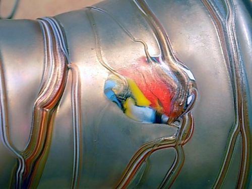 Vase-mit-gewelltem-Rand-Poschinger-irisierend-mit-bunten-Faden-und-Tupfen