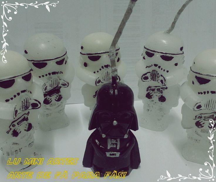 Mini velas de aniversário mini Darth Vader e Stormtropper - STAR WARS <br>Neste anuncio são 6 unidades, 1 unidade de Darth Vader + 5 unidades Stormtropper. <br>também fazemos os soldados em preto. <br>Uma Exclusividade Lu Mini Artes! Artesanato feito com carinho! <br>Por ser artesanal, podem ocorrer variações na cor da vela e na pintura. <br>5 cm altura x 3,5 cm <br>Ao fazer o pedido, informe a data do evento. <br>pode retirar em SP-capital-zona leste <br> <br>Mini Beijos <br>Lu Mini Artes