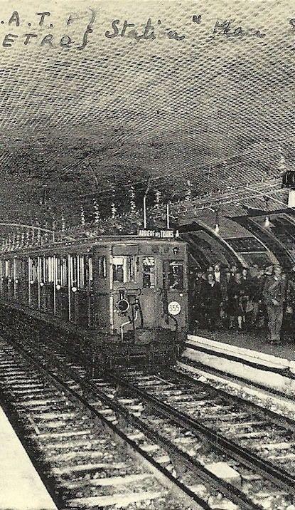 Métropolitain - Métro Paris - Station Place d'Italie . Ce cliché, d'une qualité médiocre, a été pris aux alentours de 1950. A cette époque, les accès et couloirs du Métro, sous-dimensionnés, ne parviennent pas à absorber le flot de voyageurs, surtout dans les stations très fréquentées comme Place d'Italie.