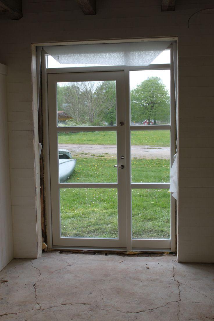 Frid & Fröjd Stockamöllan april 2014. Dörr och fönster till entre har monterats.