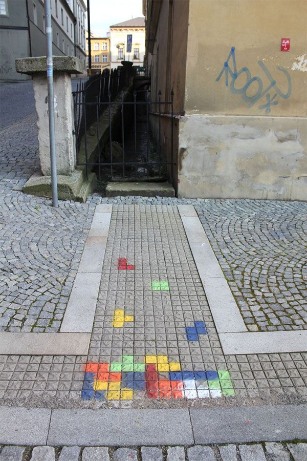Autonome kunst. Op de straat een spelletje gemaakt met een grappig effect.