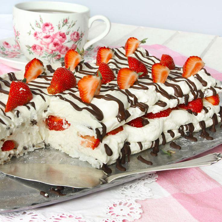 Drömgod tårta med frasiga marängbottnar fyllda med fluffig vit chokladmousse, choklad och jordgubbar.