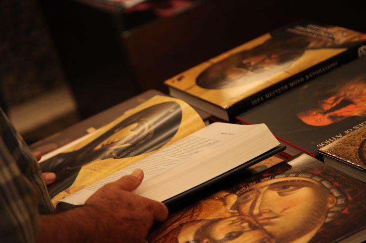 Έκθεση προϊόντων Αγίου Όρους. Ξενοδοχείο Μακεδονία Παλλάς Θεσσαλονίκης.  Μια ιδιαίτερη συλλογή βιβλίων από τις βιβλιοθήκες των Ιερών Μονών Βατοπαιδίου και Ξενοφώντος του Αγίου Όρους