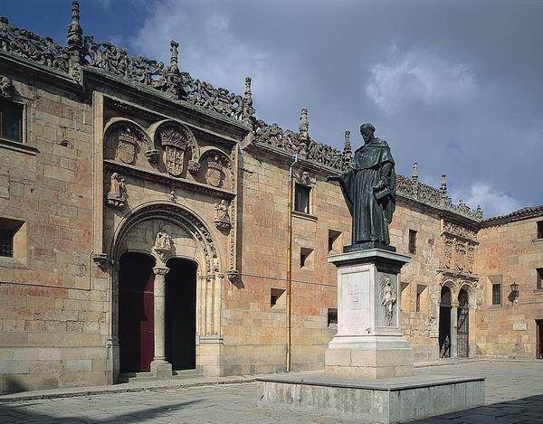 Estatua de Fray Luis de León en el patio de la Universidad de Salamanca. Frente a él (a la izquierda de la foto) está la famosa fachada de la universidad donde hay que buscar una rana. Fray Luis de León estuvo en la cárcel inquisitorial cuando se le ocurrió nada menos que traducir la Biblia al castellano (cosas del siglo XVI).