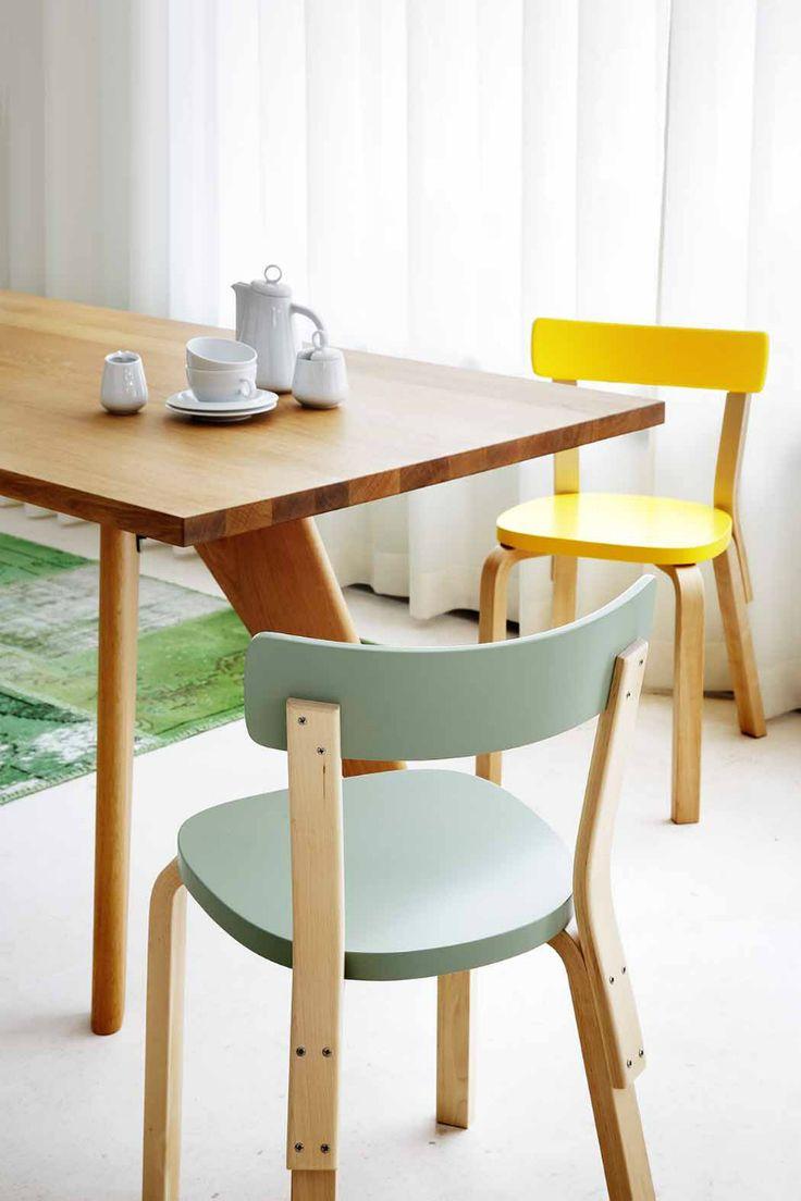 sillas de Jasper Morrison que iluminan cualquier mañana. Son las Basel Chair, una revisión de la silla de toda la vida.