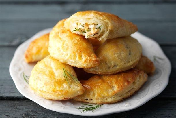 Savulohella, riisillä ja munalla täytetyt pasteijat ovat klassikko, joka maistuu vuodesta toiseen. http://www.valio.fi/reseptit/lohipasteijat/
