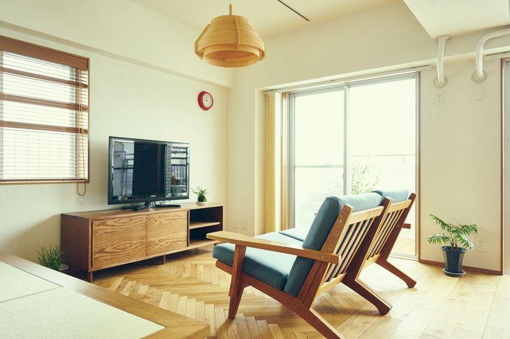 アネストワン施工事例「prompt」築30年のマンション、N様邸。角部屋で窓からの景色がとても良い物件を、家事と子育てがしやすいように回遊性を持たせ、各部屋に収納量を重視した間取りにリノベーションしました。リビングの小上がりは篭る感じの落ち着くスペースになっており、壁の隣りは子供部屋のロフトとして活用。 床の一部をヘリンボーンにしたり、キッチンタイルを使ったりと、色や遊び心も取り入れたこだわりのお家に仕上りました。kitchen tile, nice view, move around, renovation, storage, simple, small loft
