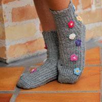 Enkla i sin utformning och samtidigt riktigt snygga! Sockorna som passar perfekt som julklappar, stickar du på endast två stickor. Ett bra alternativ för dig som inte vill sticka på strumpstickor. ...