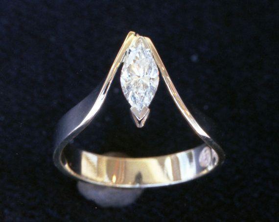 Une Marquise brillant mousseux coupé diamant rend son éclat anneau simplifiée et de bon goût.  Ce portable et classique solitaire sera agréable à porter empilées avec une bande de mariage élégante.  Je conçois et créer votre bague de fiançailles avec amour dans mon atelier à base de Waterton.  Détails spécifiques : 18 kt. jaune et le platine anneau large de 3,5 à 4 mm Finition poli  Diamant Poids :.18 carat Clarté : SI1 Couleur: G Taille : Excellent Marquise  Jai se métier la bague dans mon…