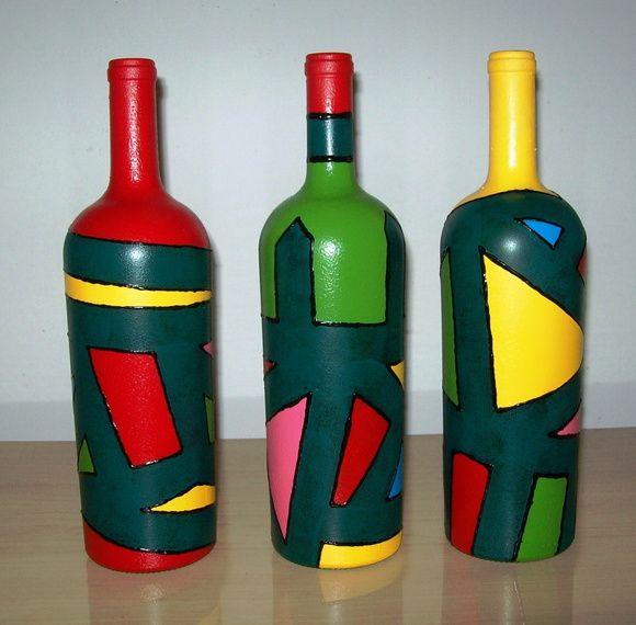 Reciclar, reciclar, reciclar... Faz-se necessário e a natureza agradece! Garrafas de vinho pintadas com cores variadas. Por serem multicoloridas, dão um toque de alegria e diversão a qualquer ambiente. Cada garrafa possui 10 cm de diâmetro ( na sua parte mais larga) por 32 cm de altura, aproximadamente. Deve ser utilizada tão somente para fins decorativos. R$ 65,00