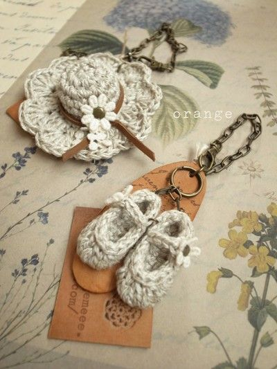 Crochet hat and shoes pendants. //  ♡ OMG...HAVE YOU EVER SEEN ANYTHING SO CUTE?!!!  ♥A