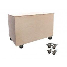 B38 L58 H38,8 cm. Flot og enkel legetøjskasse i ubehandlet birkekrydsfinér. Inkluderet i prisen er 4 stk. grå gummihjul med bremse, som kan monteres, hvis ma...