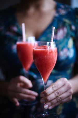 Mixa allt i en blender.  Servera i kylda vinglas med sugrör.  Garnera med jordgubbe.