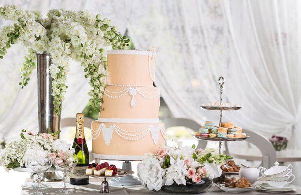 Трехъярусный торт нежно-персикового оттенка, пастельных тонов макаронс, традиционные профитроли и небольшие чизкейки, украшенные ягодами. НЕ просто и со вкусом!