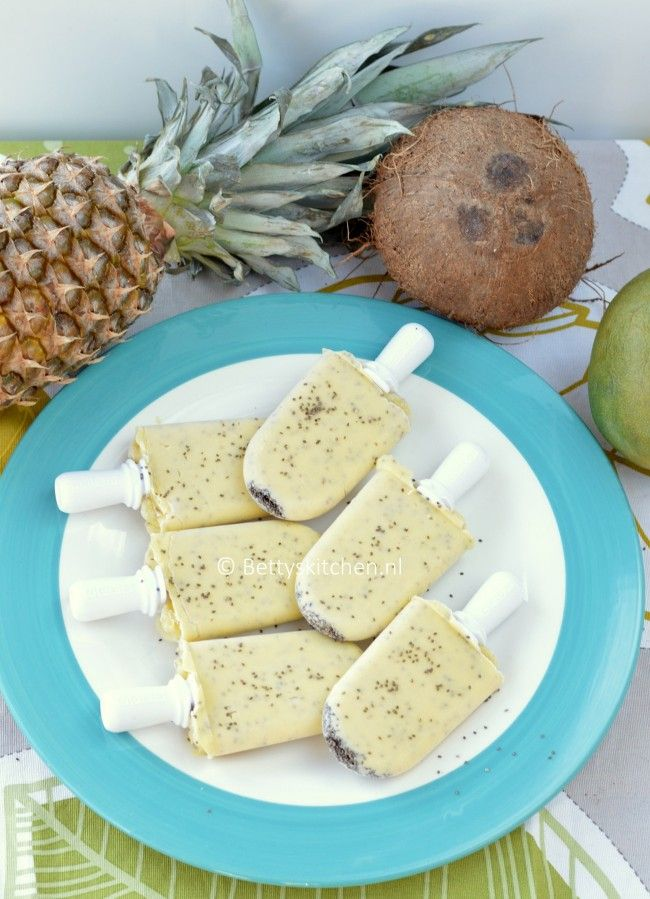 Tropische Popsicles met mango, ananas, kokosnoot en chiazaad! Uit de ZOKU Pop Maker